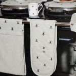all36100-bees-double-oven-glove-lifestyle-high-res.jpg